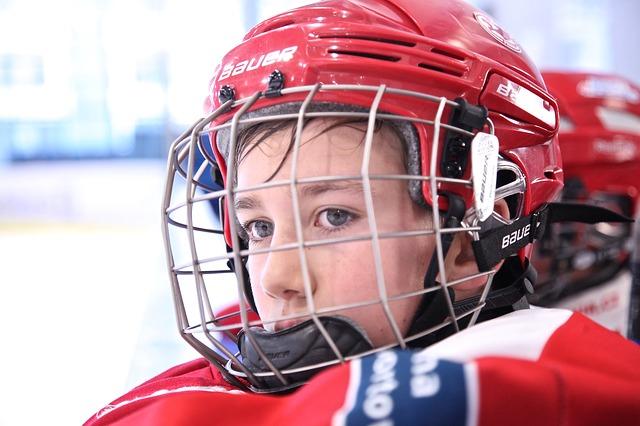 Jääkiekkoa pelatessa kypärä on tärkeimpiä varusteita