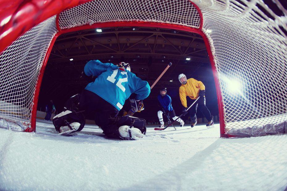 Miehet pelaavat jääkiekkoa nettikasinon tukemana